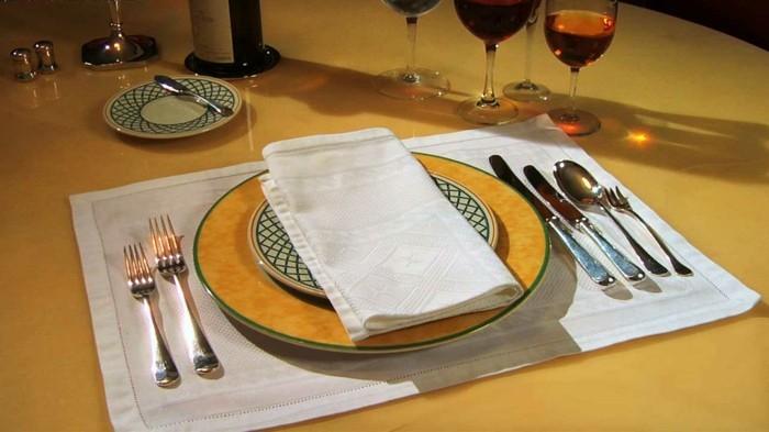 Richtig-Tischdeckenauf-orange-Tischdecke