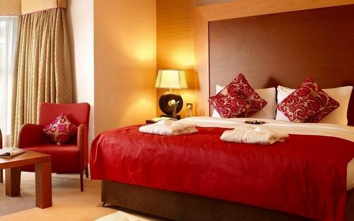 Rotes-Schlafzimmer-Design-Eine-verblüffende-Deko