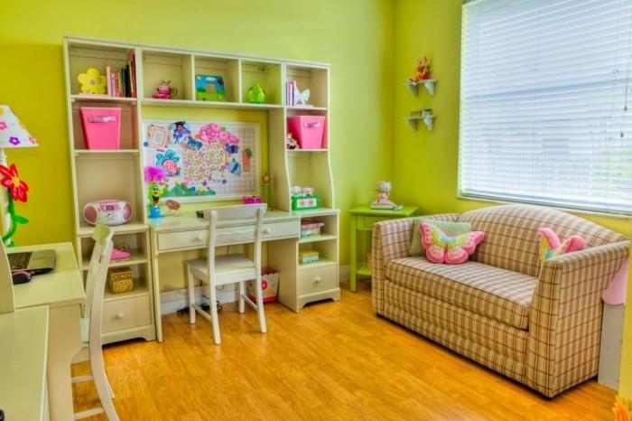 Schöne-Kinderzimmer-mit-einem-Sofa