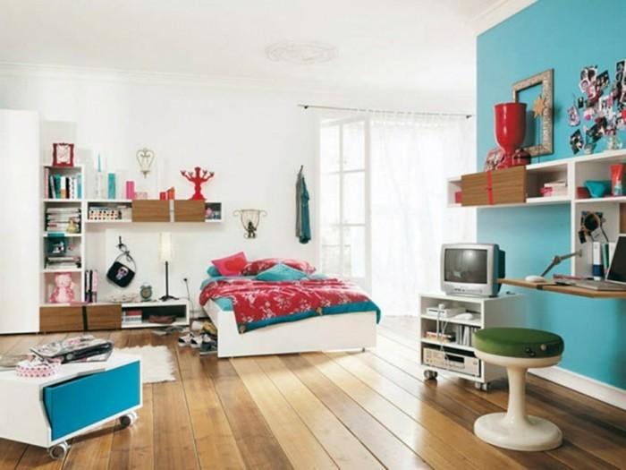 Schöne-Kinderzimmer-mit-großem-Bett