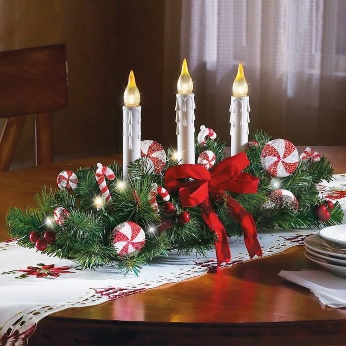 Schöne-Tischdekoration-künstliche-Kerzen-zu-Weihnachten