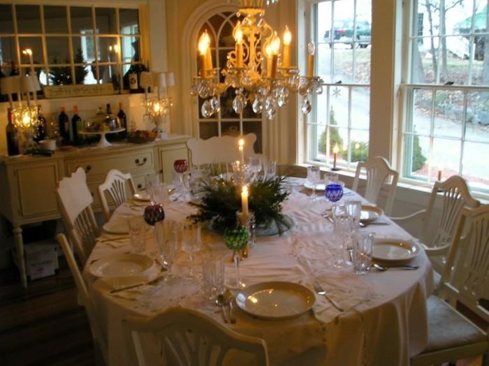 Schöne-Tischdekoration-klassische-Kerzen-Dekoration