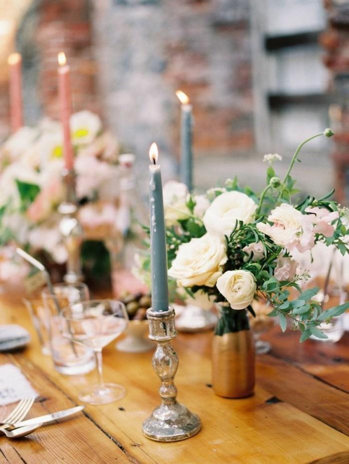 Schöne-Tischdekoration-mit-dünnen-Kerzen