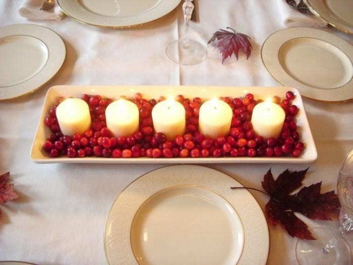 Schöne-Tischdekoration-mit-kleinen-roten-Früchten