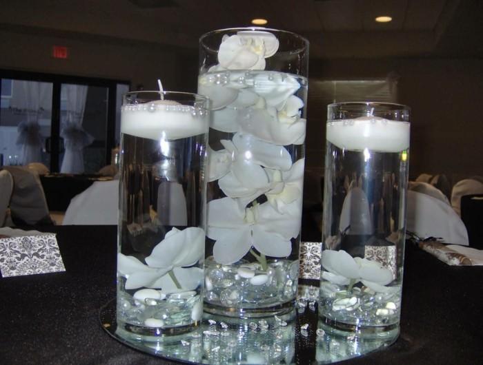 Schöne-Tischdekoration-mit-weißen-Blumen