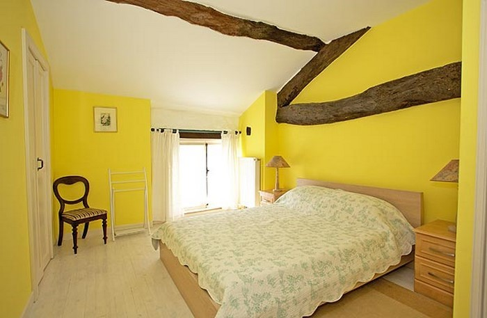 Schlafzimmer-farblich-gestalten-mit-Gelb-Eine-außergewöhnliche-Ausstrahlung