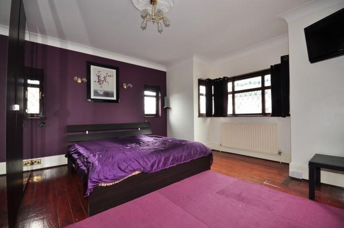 Schlafzimmer-lila-Eine-auffällige-Deko