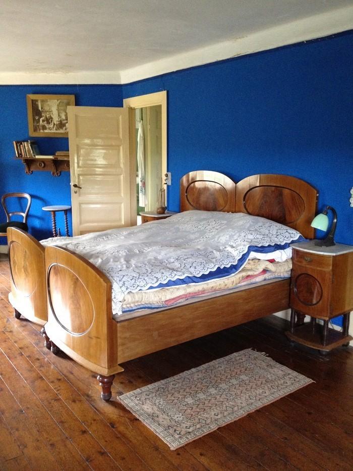 Schlafzimmereinrichtung-in-Blau-Eine-auffällige-Deko