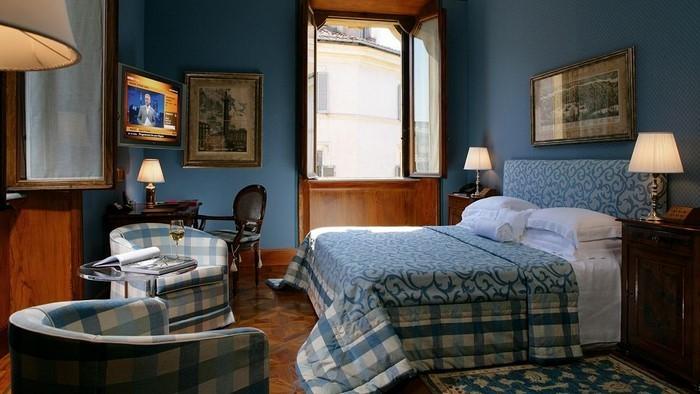 Schlafzimmereinrichtung-in-Blau-Eine-auffällige-Dekoration