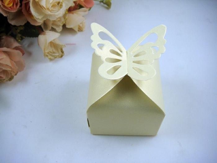 Schmetterling-aus-Papier-in-gelber-Farbe