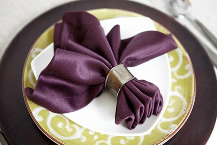 Servietten-Tischdeko-in-lila-Farbe