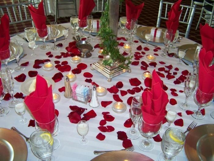 Servietten-Tischdeko-in-roter-Farbe