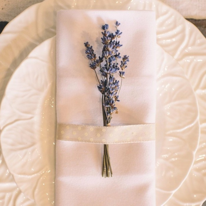 Servietten-Tischdeko-mit-echter-Blume-zum-Glück