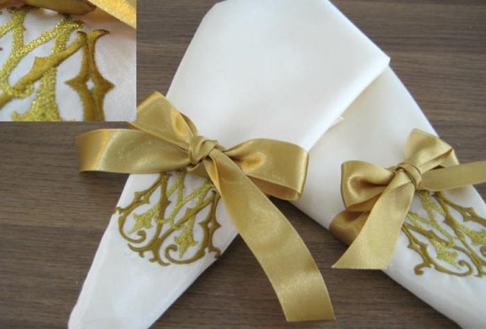 Servietten-Tischdeko-mit-goldenen-Bänden