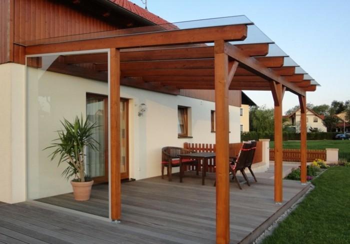 Terrassenüberdachung-aus-holz-pergoladach-glas-wandverkleidung-glas