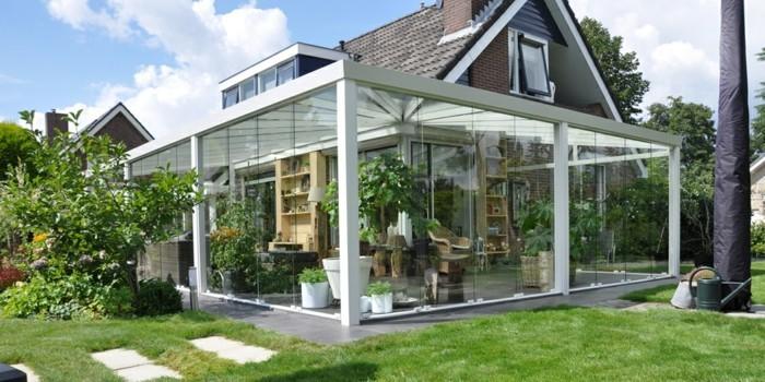 Terrassenüberdachung-glas-rasenfläche-gartenweg