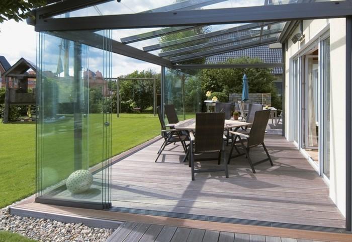 Terrassenüberdachung-glas-und-holz-garten-sitzgruppe