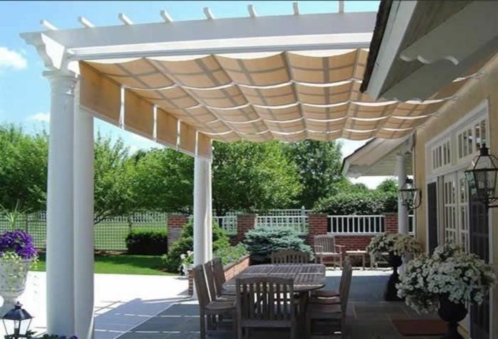 Terrassenüberdachung-sonnenschutz-und-gartensitzgruppe-im-schatten