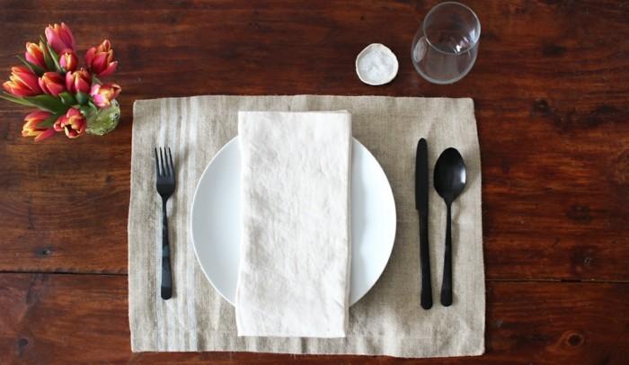 Tisch-eindecken-für-alltägliches-Essen