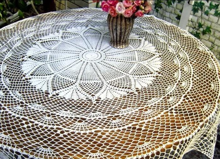 Tischdecke-häkeln-eine-Vase-darauf
