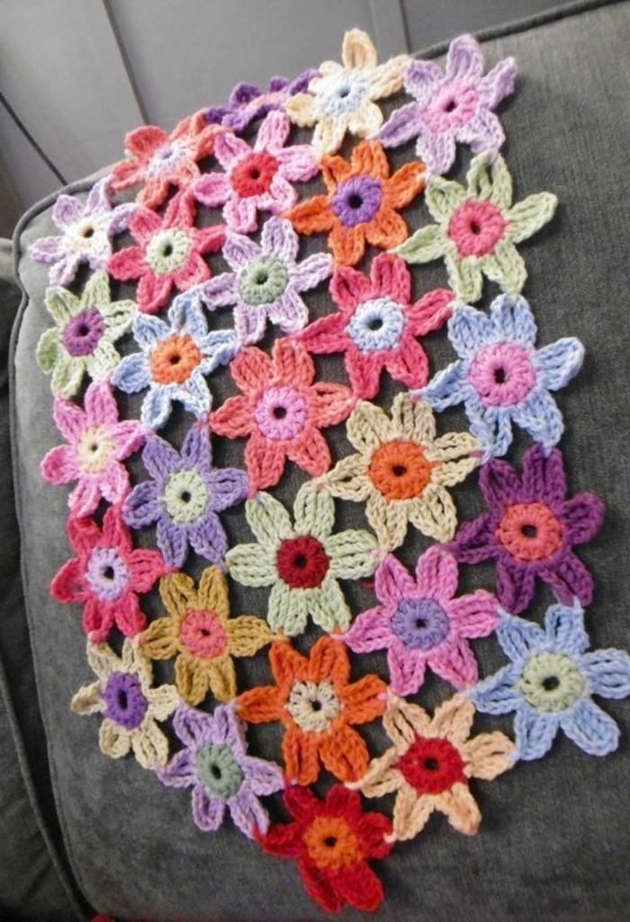 Tischdecke-häkeln-mit-bunten-Blumen