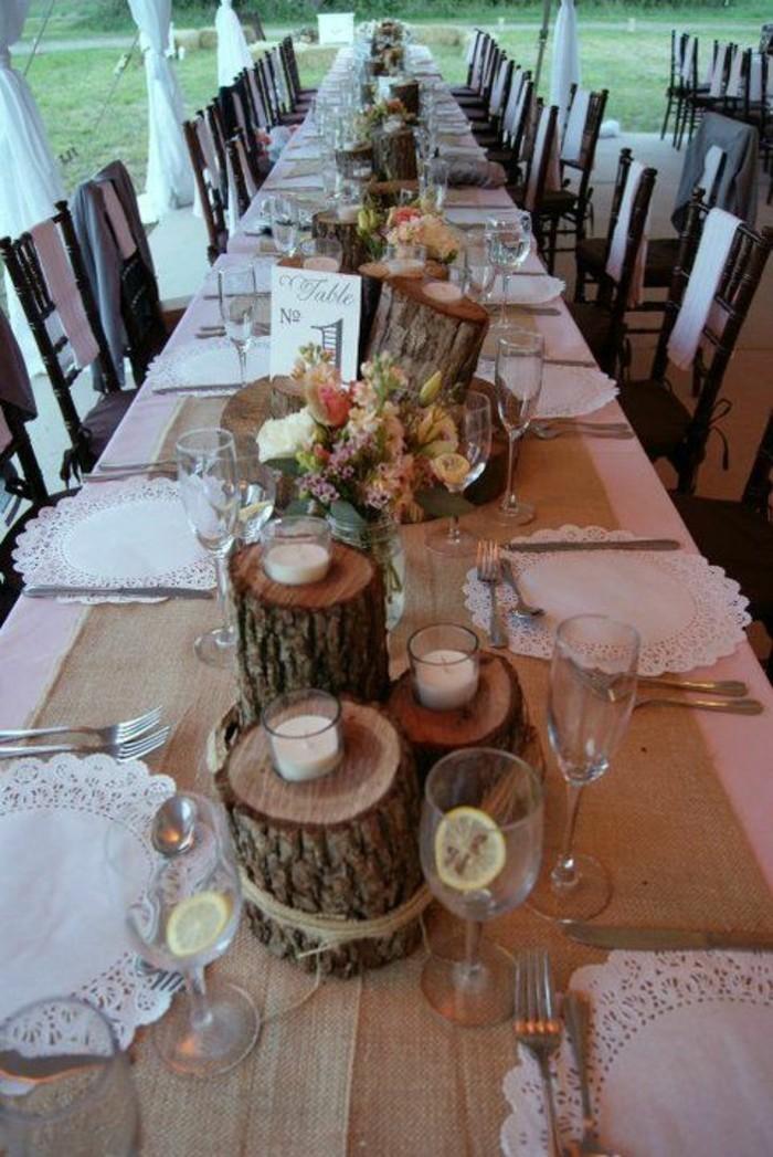 Tischdeko-Holz-und-weiße-Servietten
