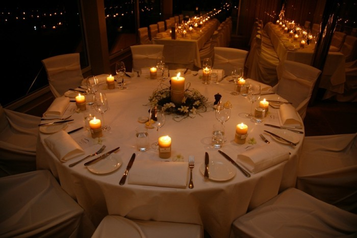 Tischdeko-Ideen-eine-große-Kerze-und-kleinere