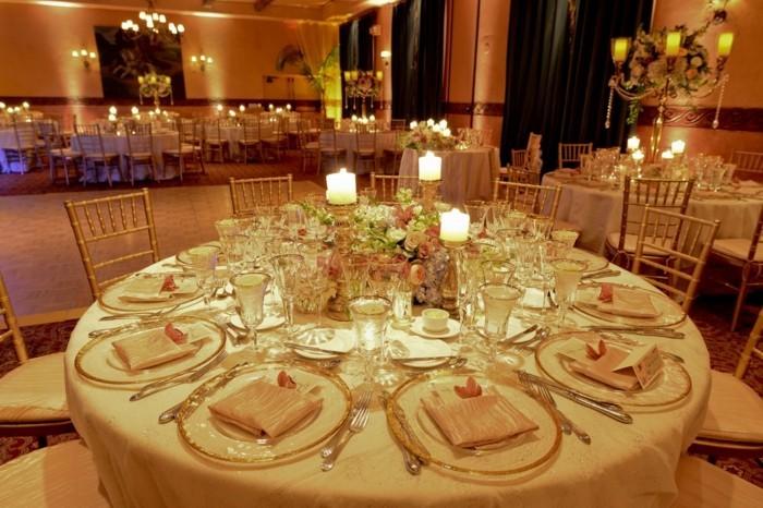 Tischdeko-mit-Kerzen-hell-leuchtend