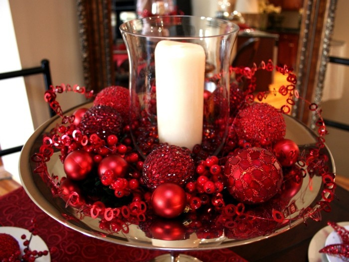 Tischdeko-mit-Kerzen-in-roter-Farbe