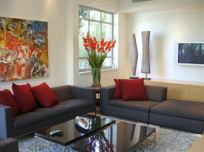 Vasen-dekorieren-mit-roten-Blumen