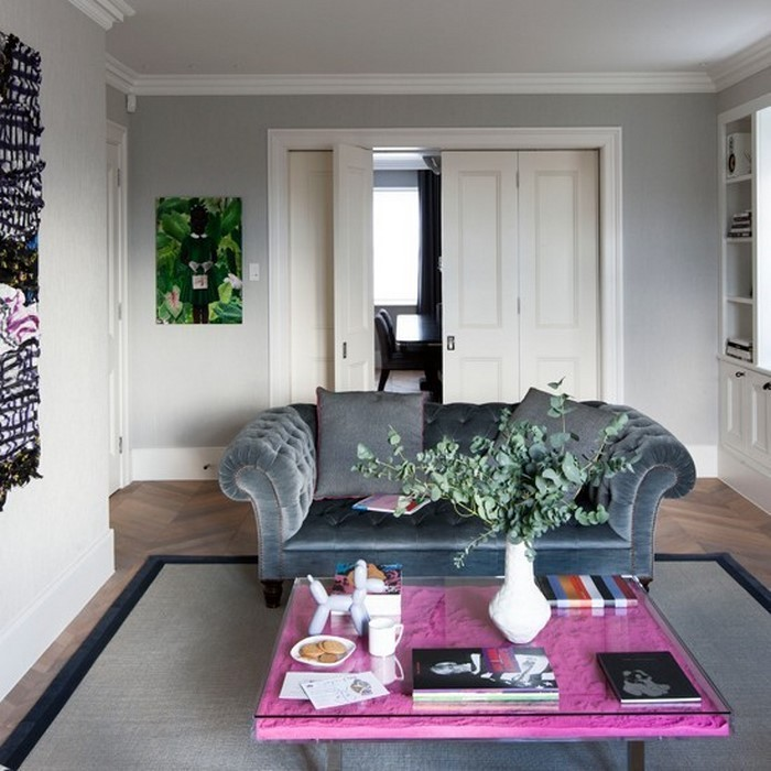 wohnzimmer grau rosa:Wohnzimmer grau: Graues Wohnzimmer mit purpurrot-rosa Couchtisch