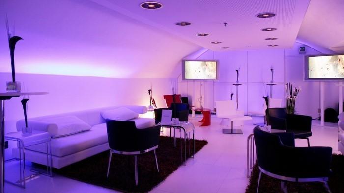 Wohnzimmer-lila-Eine-auffällige-еinrichtung