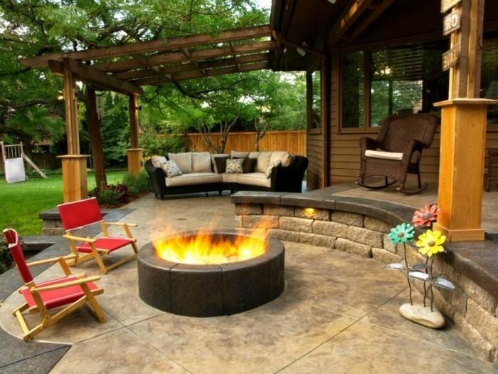 ferien-haus-eingangsbereich-feuerschale-und-patio-möbel