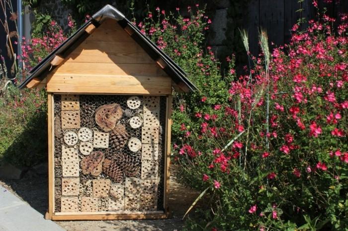 insektenhotel-selber-bauen-ein-insektenhotel-im-garten