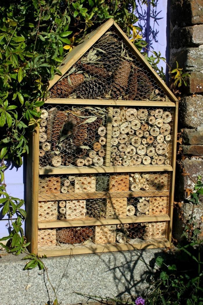 insektenhotel-selber-bauen-großes-insektenhotel-selbst-bauen