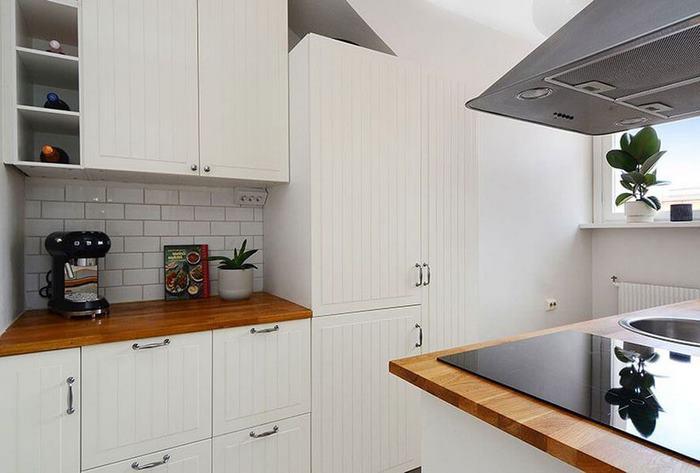 kleine wohnung einrichten kleines zimmer einrichten wohnungsideen küche klein weiß viele schränke