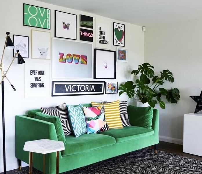 kleines wohnzimmer vorher nachher zimmer deko ideen sofa groß wand bilder grün kissen