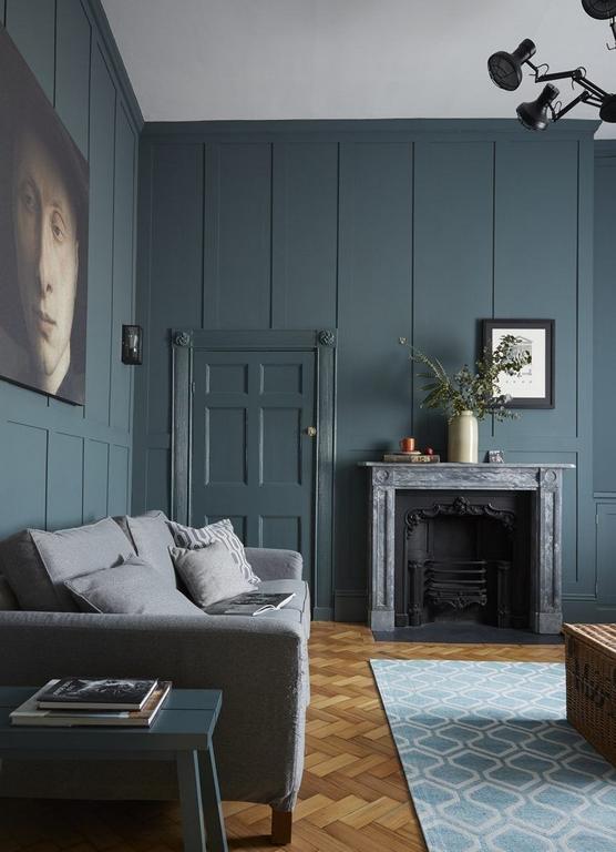kleines zimmer einrichtenzimmer deko ideen dunkle wand blau grün sofa grau gemälde