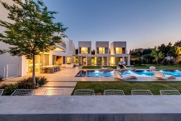 luxus-pool-fanily-pool-im-kleinen-garten