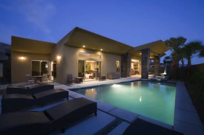 luxus-pool-noch-ein-luxus-pool-im-kleinen-garten