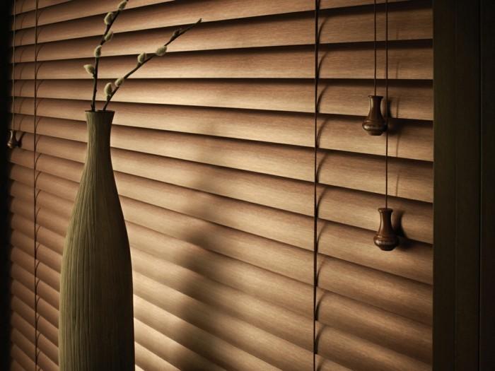 Moderne Braune Jalousien Für Ein Schickes Wohnzimmer