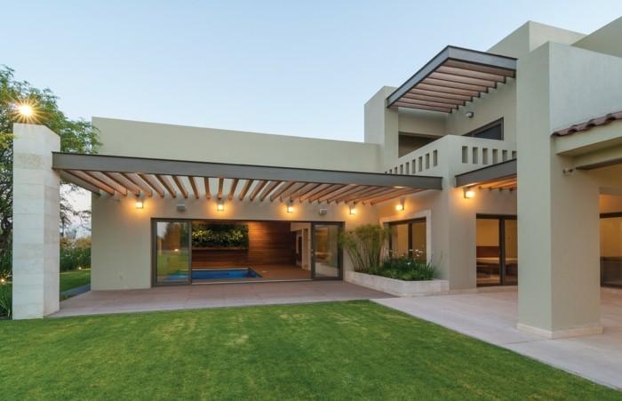 patio-garten-mit-beleuchtung-und-rasenfläche