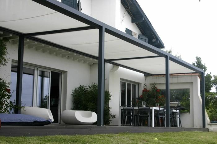 patio-und-gartenmöbel-unter-der-modernen-pergola