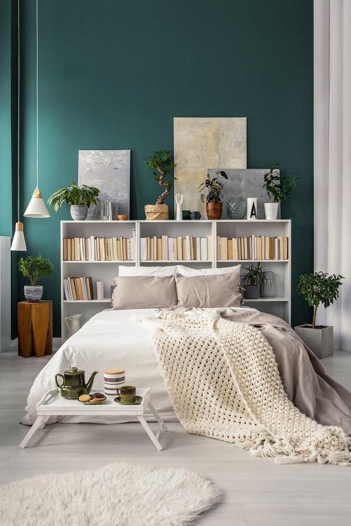 schlafzimmer ideen klein bett für kleines zimmer raum ausnutzen regalen hinter bett