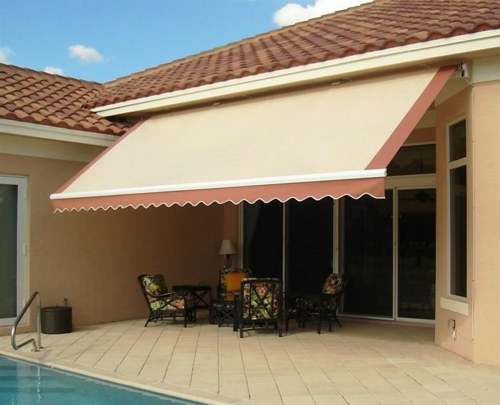 terrasse-mit-markise-in-cremigen-farben