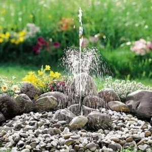 Einen Gartenbrunnen in drei Schritten selbst installieren: So einfach geht's