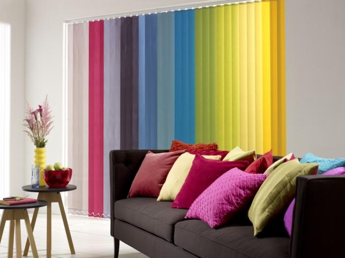 vertikale-bunte-jalousien-für-ein-fröhliches-ambiente-im-wohnzimmer