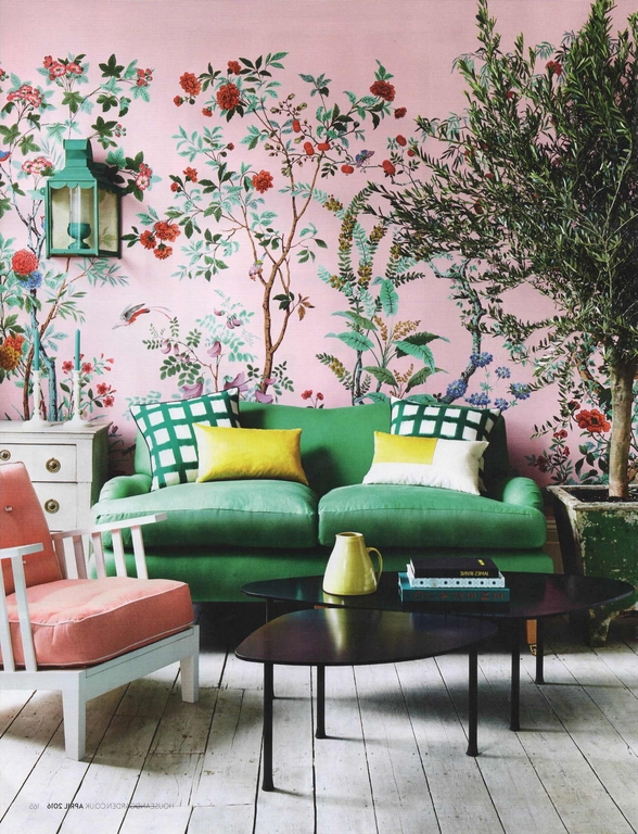 wohnung einrichten möbel für kleine räume sofa grün rosa wandtapeten mit blumen