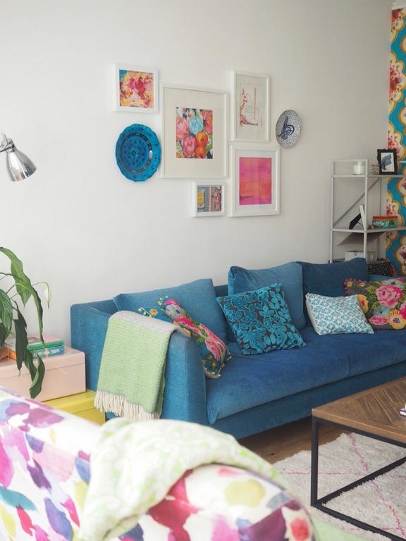 wohnung einrichten schlafzimmer einrichten wohnungsideen sofa himmelblau wanddeko boho style