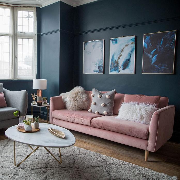 wohnungsideen einrichtungsideen wohnzimmer sofa rosa marineblau wand tisch